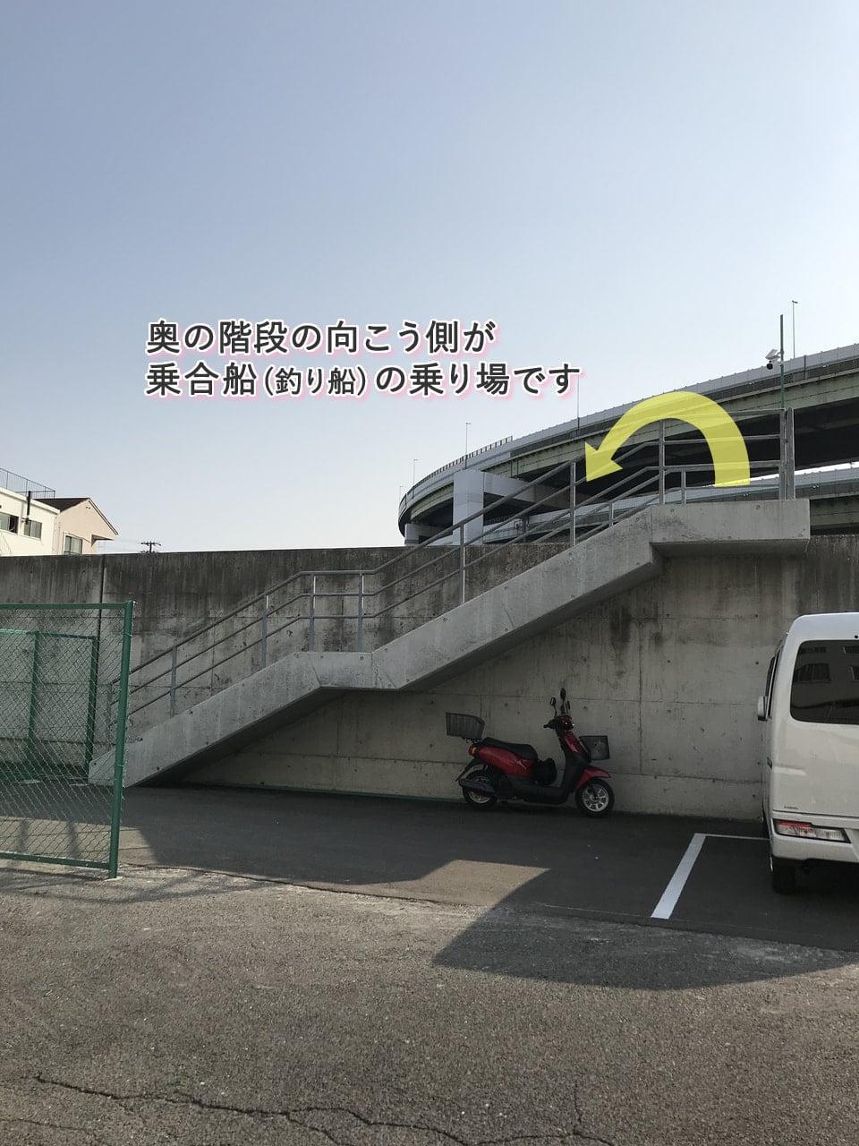 乗合船の乗り場への階段
